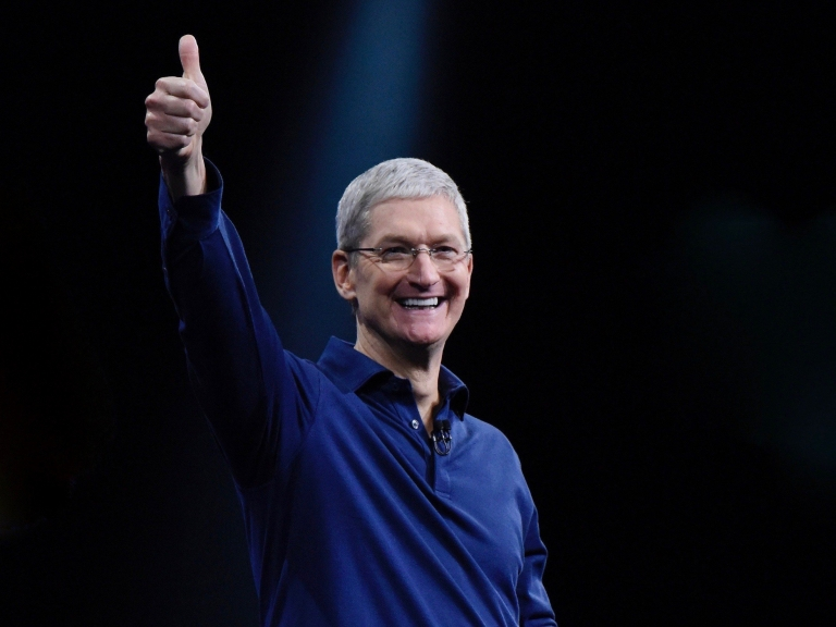 tim-cook-thumbs-up-smile